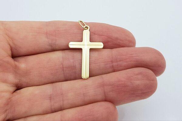 Ploščat križ iz rumenega zlata