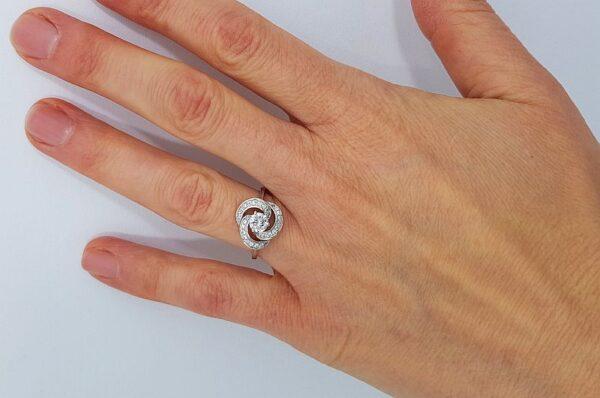 Srebrn ženski prstan s cirkoni v obliki rože