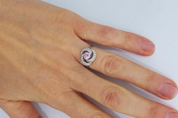 Srebrn ženski prstan s cirkoni in roza kamnom