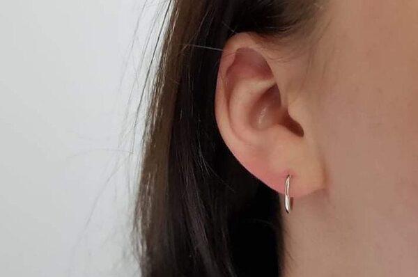Otroški okrogli uhani iz belega zlata