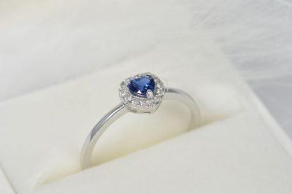 prstan z modrim safirjem