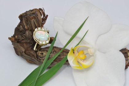 Bel, mavrični opal