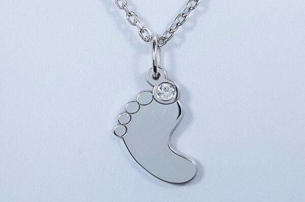 srebrna ženska verižica z otroško nogico