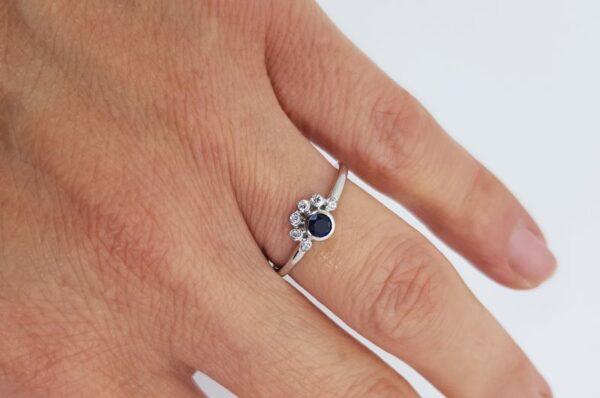 ženski prstan iz belega zlata z modrim safirjem