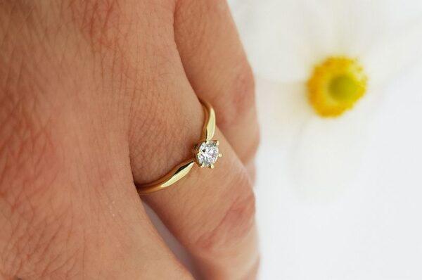 Zaročni prstan iz rumenega zlata s cirkonom solitaire