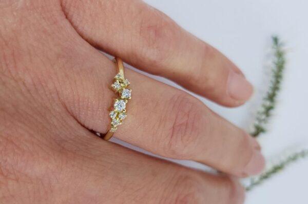 Ženski prstan iz rumenega zlata s cirkoni grozd