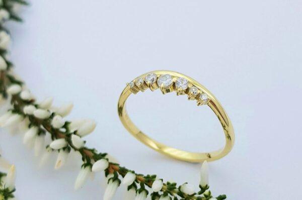 ženski prstan iz rumenega zlata s cirkoni krona