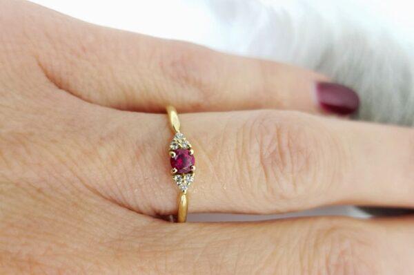 Ženski prstan iz rumenega zlata s cirkoni in rubinom