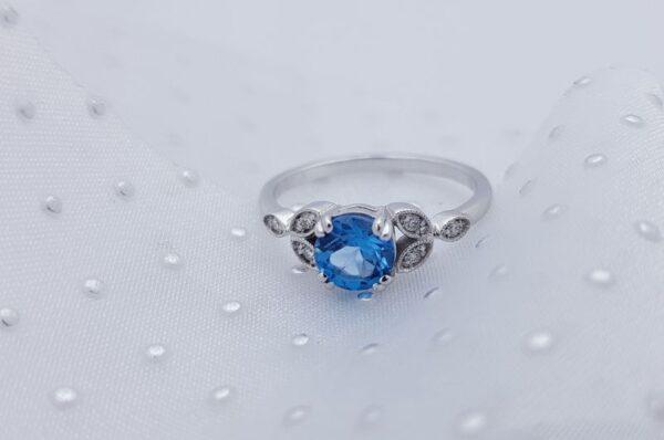Ženski prstan iz belega zlata s cirkoni Turkiz