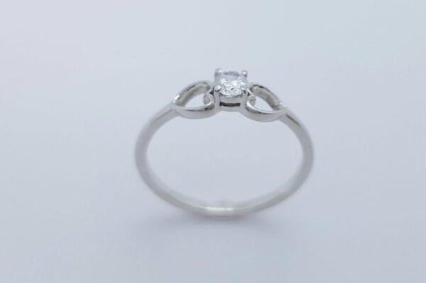 zaročni prstan iz belega zlata nasprotni si srci