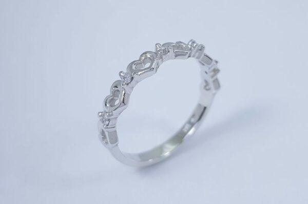 zaročni prstan iz belega zlata srčki in cirkoni