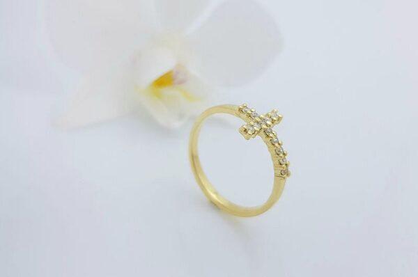 Ženski prstan iz rumenega zlata s cirkoni križ