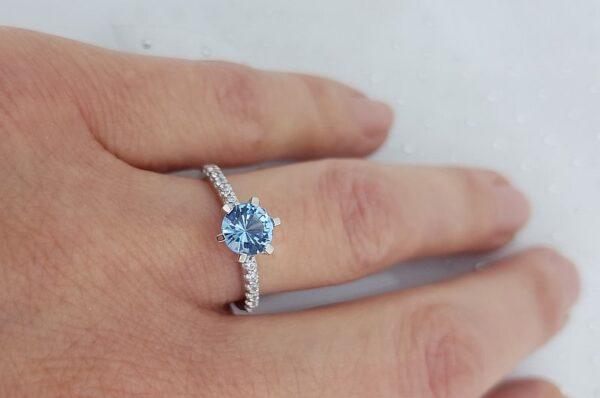 Ženski prstan iz belega zlata s cirkoni Akvamarin
