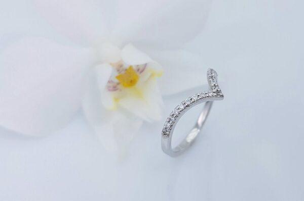 Ženski prstan iz belega zlata s cirkoni V sestavljiv