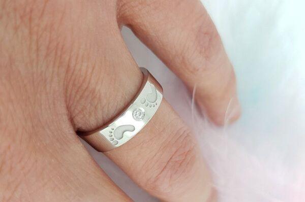 Srebrn ženski prstan s cirkonom otroški nogici