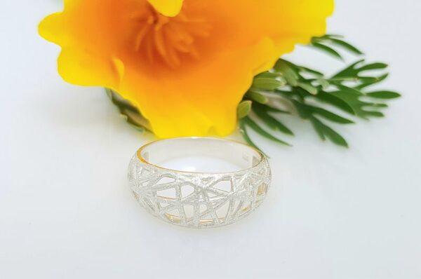 Srebrn ženski prstan matirane kare