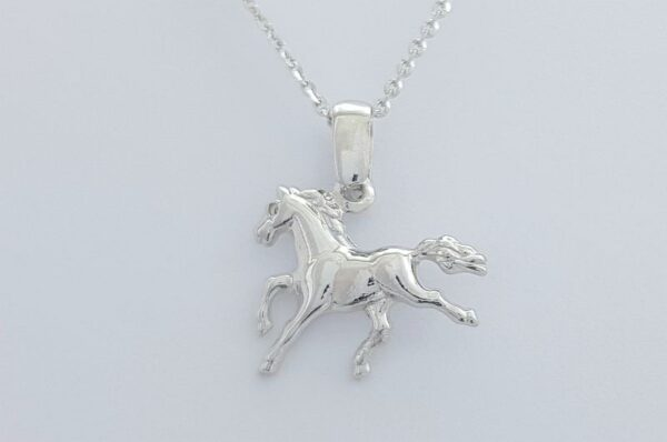 Ženski obesek iz belega zlata konj