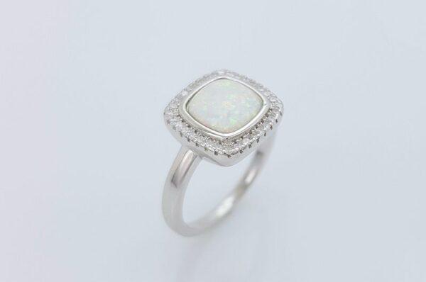 srebrn ženski prstan s kvadratnim, belim, sintetičnim opalom