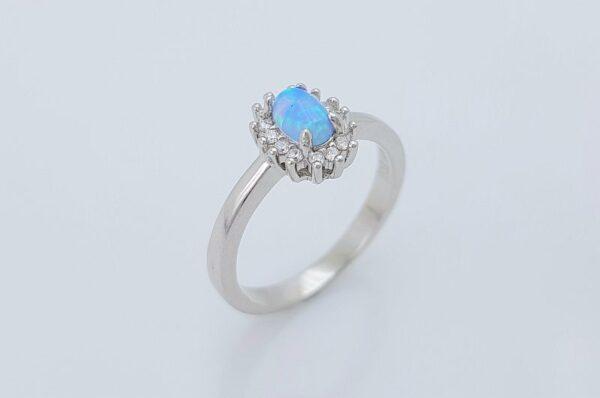 srebrn ženski prstan z ovalnim opalom v modri barvi