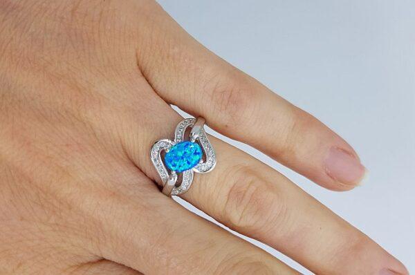 ženski prstan iz srebra, z modrim opalom, ovalne oblike