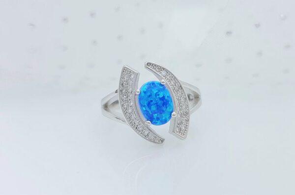 srebrn ženski prstan s sintetičnim opalom, modre barve