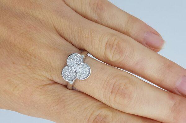srebrn ženski prstan s tremi krogi in cirkoni
