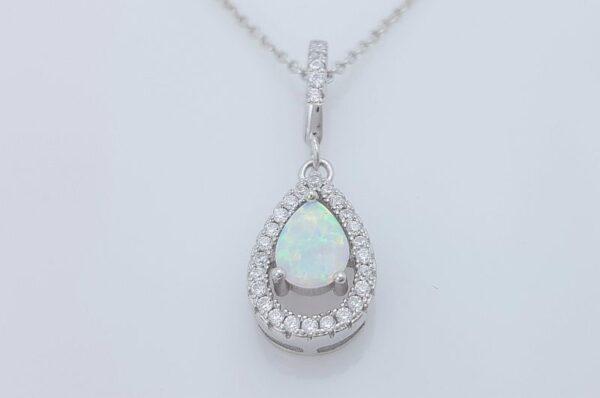 Srebrn ženski obesek s cirkoni, bel sintetičen opal, solza