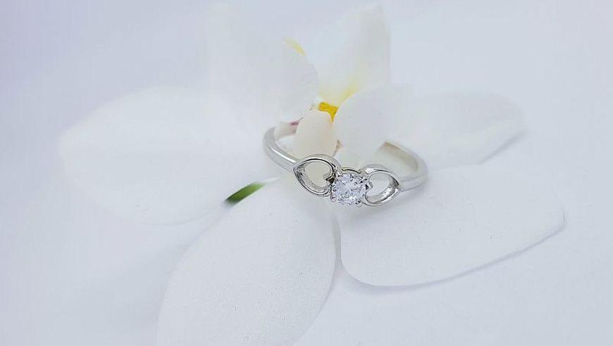 Zaročni prstan iz belega zlata, dvoje src s cirkonom