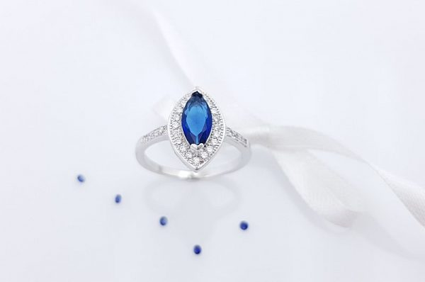 Srebrn ženski prstan s cirkoni moder kamen markiza