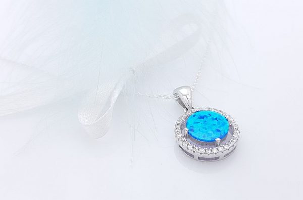 Srebrn ženski obesek s cirkoni moder sintetičen opal okrogel
