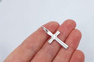 Srebrn moški obesek križ z vzorcem