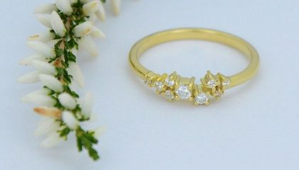 Grozdast ženski prstan iz rumenega zlata, s cirkoni