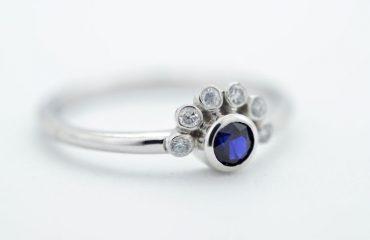 Prstan iz belega zlata, z modrim safirjem
