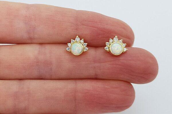 Ženski uhani iz rumenega zlata, bel sintetičen opal 5 mm