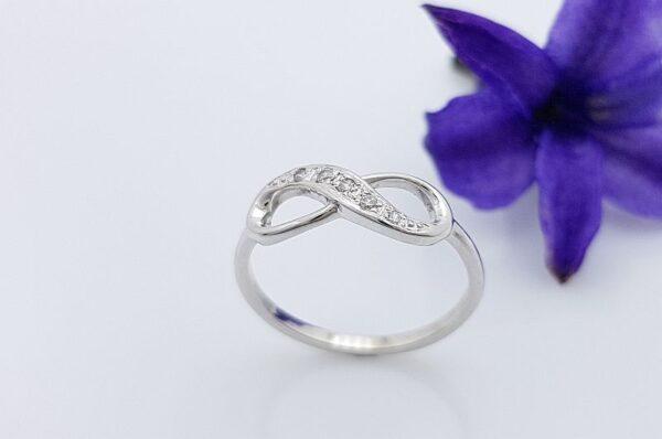 Ženski prstan iz belega zlata, neskončnost s cirkoni