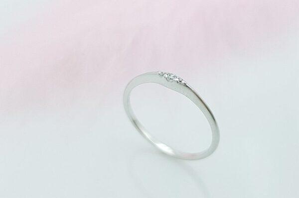 Mini zaročni prstan iz belega zlata s cirkoni