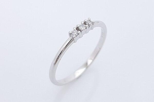 Zaročni prstan iz belega zlata s tremi cirkoni
