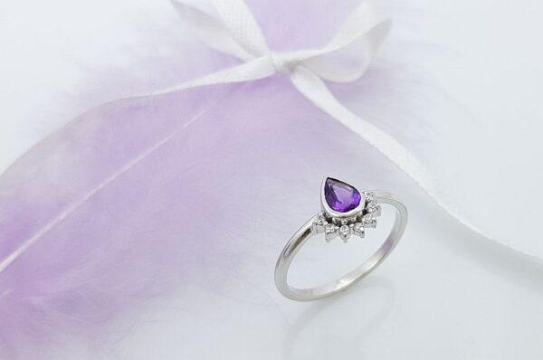 Ženski prstan iz belega zlata s cirkoni, ametist